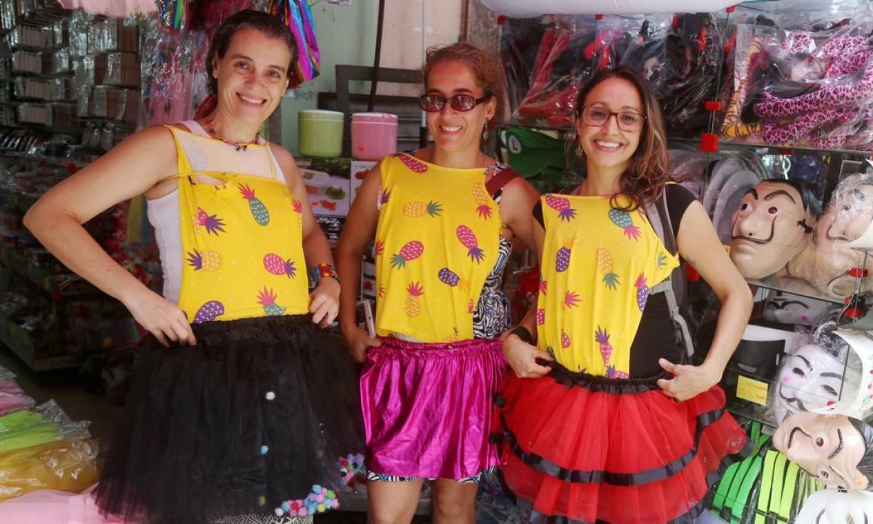 As amigas Maria Rita Rezende, à esquerda, Juliana Müller Freire e Aline Freitas gostam com fantasia em conjunto Foto: Fabiano Rocha / Agência O Globo