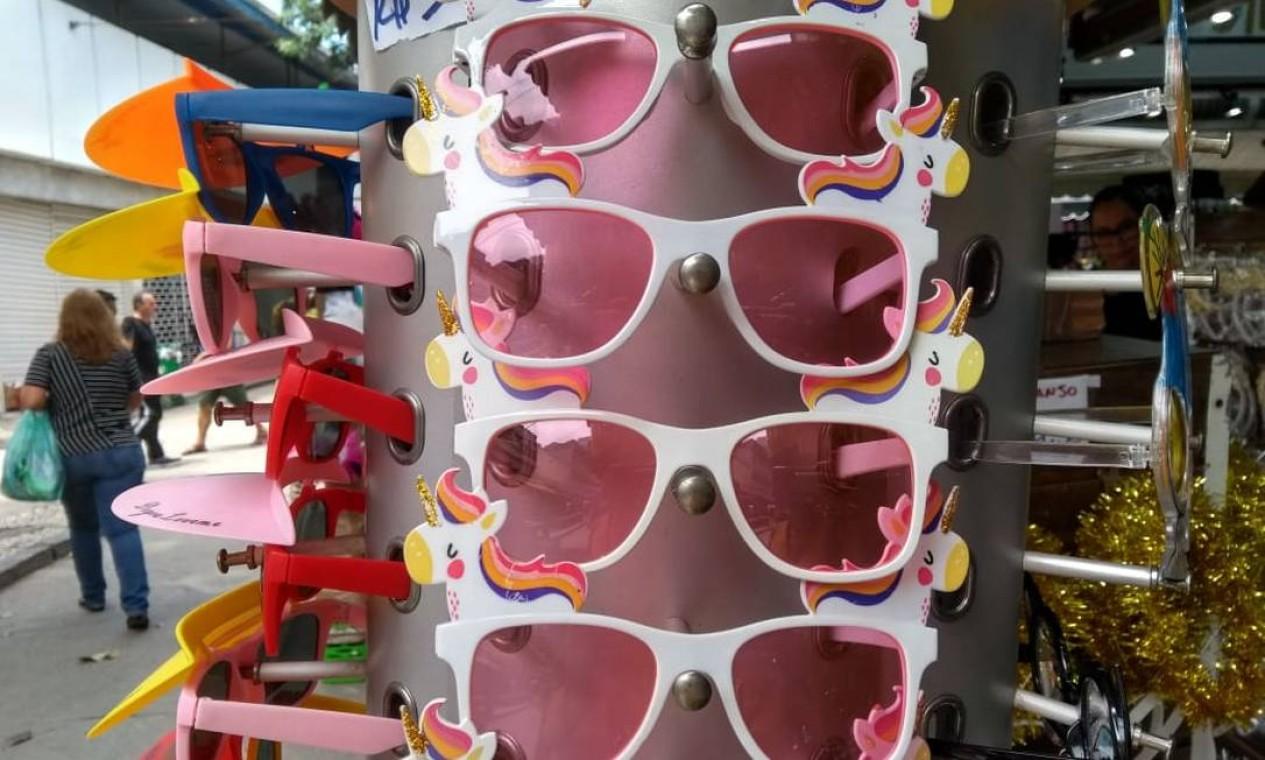 Olhar colorido com os óculos de Unicórnio por R$ 10 (cada) Foto: Marjoriê Cristine / Agência O Globo