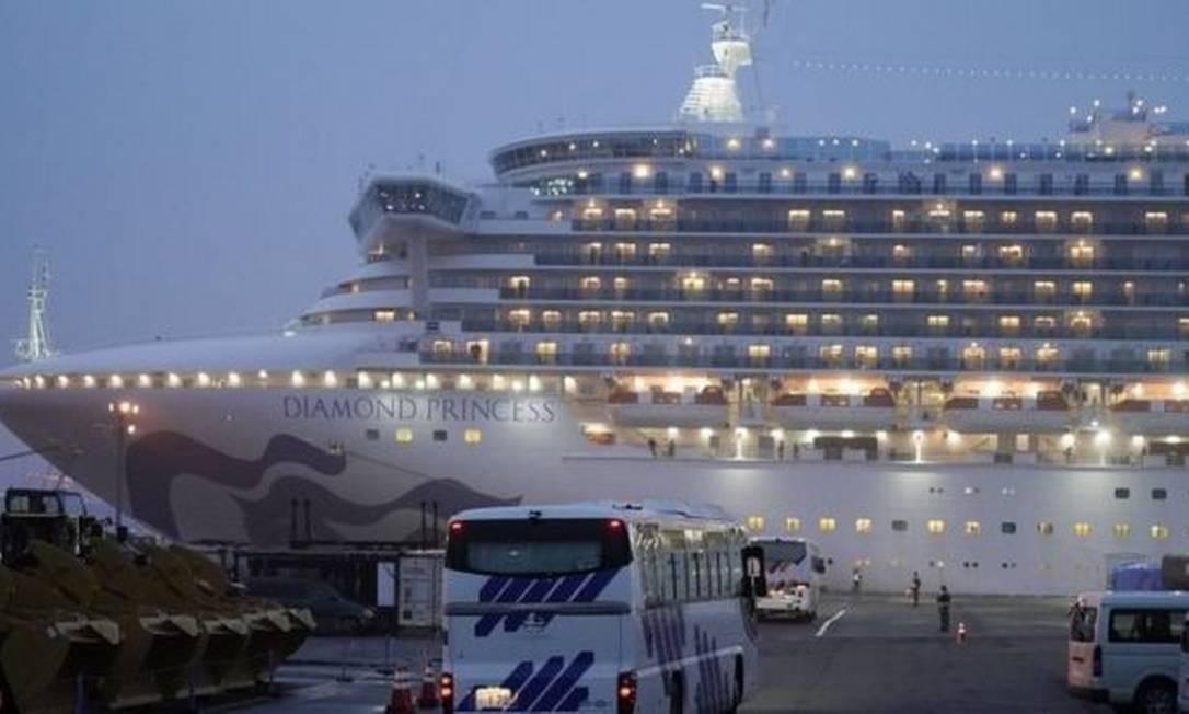 O navio de cruzeiro Diamond Princess, atracado no porto de Yokohama, no Japão, durante quarentena imposta em fevereiro de 2020 Foto: EPA