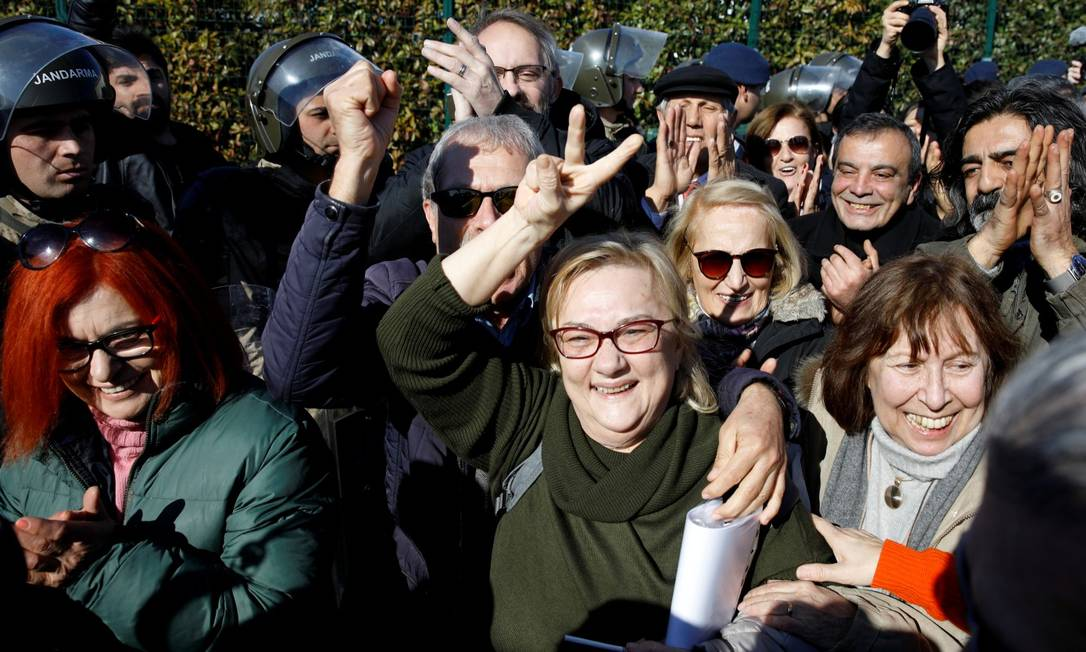 Mucella Yapici, uma das inocentadas, comemora veredito ao lado de seus apoiadores Foto: UMIT BEKTAS / REUTERS