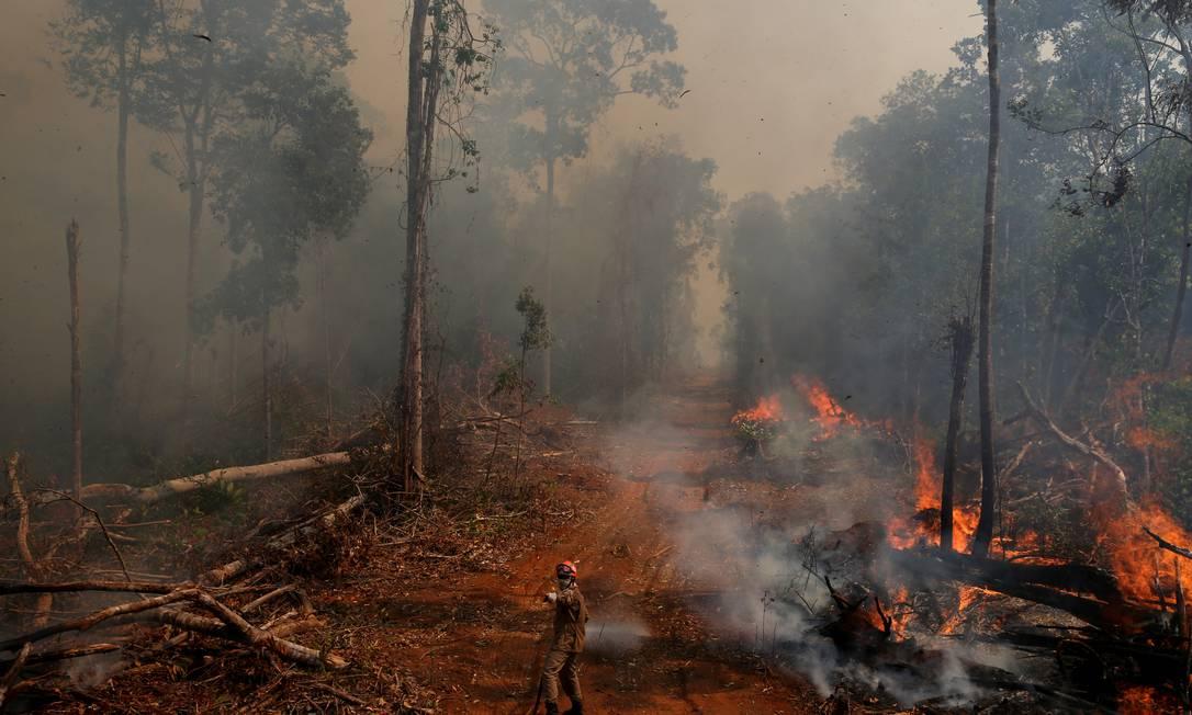 Bombeiro tenta apagar foco de incêndio em União do Sul (MT), em setembro de 2019 Foto: AMANDA PEROBELLI / Reuters