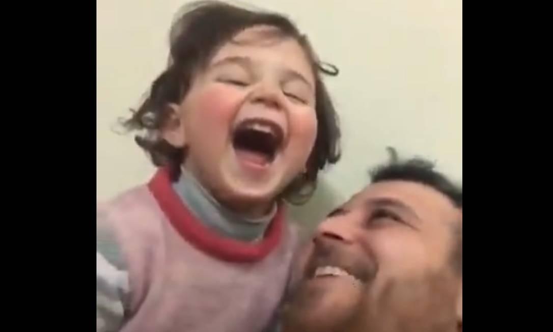 Imagem do vídeo em que pai distrai filha de bombardeios, na província de Idlib, Síria Foto: Reprodução Twitter