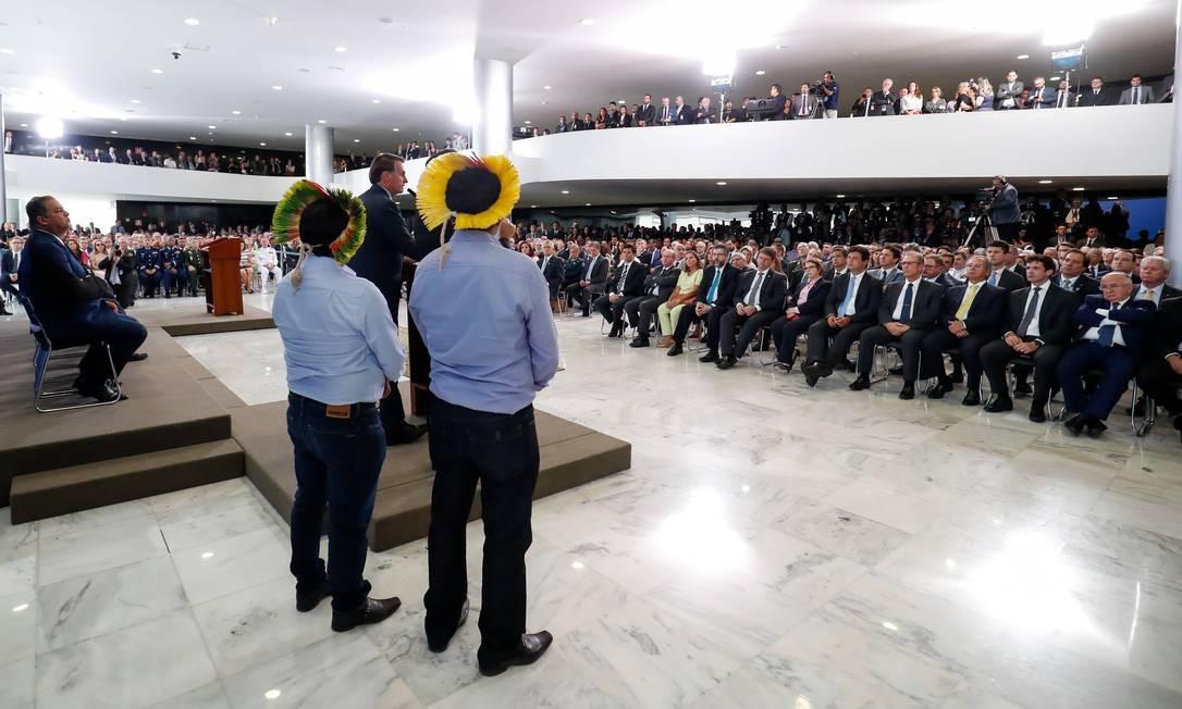 Jair Bolsonaro faz discurso ao lado de indígenas no Planalto Foto: Alan Santos/Presidência