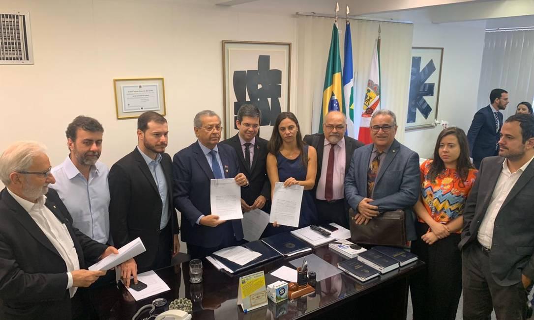 Parlamentares da oposição entregam o pedido ao senador Jayme Campos (DEM-MT) Foto: Divulgação