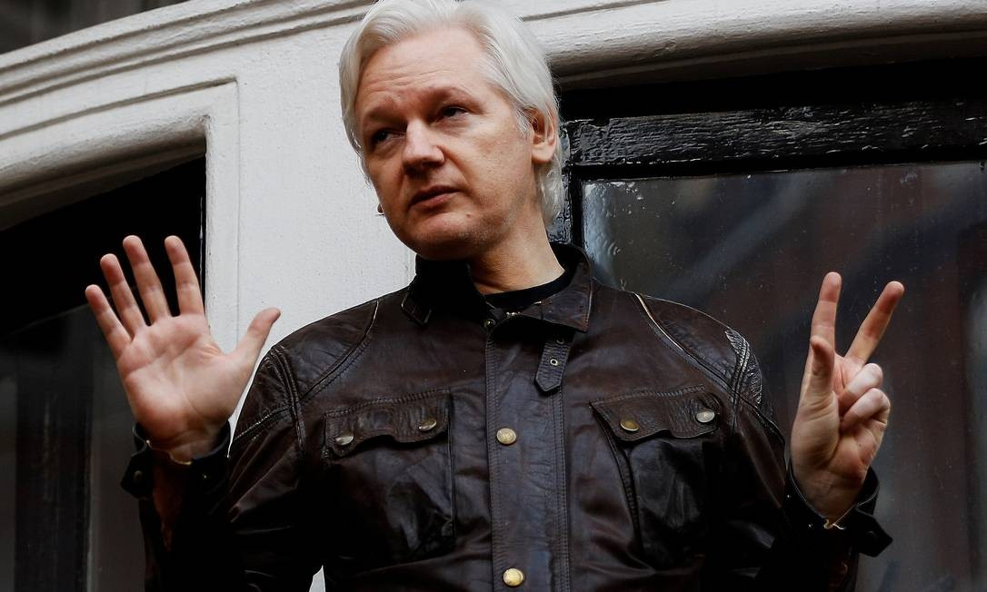 Fundador do WikiLeaks, Julian Assange, na varanda da Embaixada do Equador, em Londres Foto: Peter Nicholls / Reuters - 19/05/2017