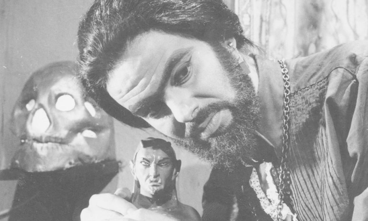 """Cena do filme """"O estranho mundo de Zé do Caixão"""" (1969). Criador se tranformou em criatura: Mojica inventou um tipo genuinamente brasileiro de terror e o seu mais popular personagem Foto: Divulgação"""