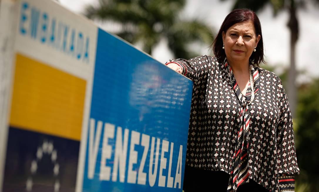 A embaixadora extraordinária da Venezuela, escolhida por Juan Guaidó, Maria Teresa Belandria, que não pode entrar na embaixada. Foto Pablo Jacob / Agencia O Globo Foto: Pablo Jacob / Agência O Globo
