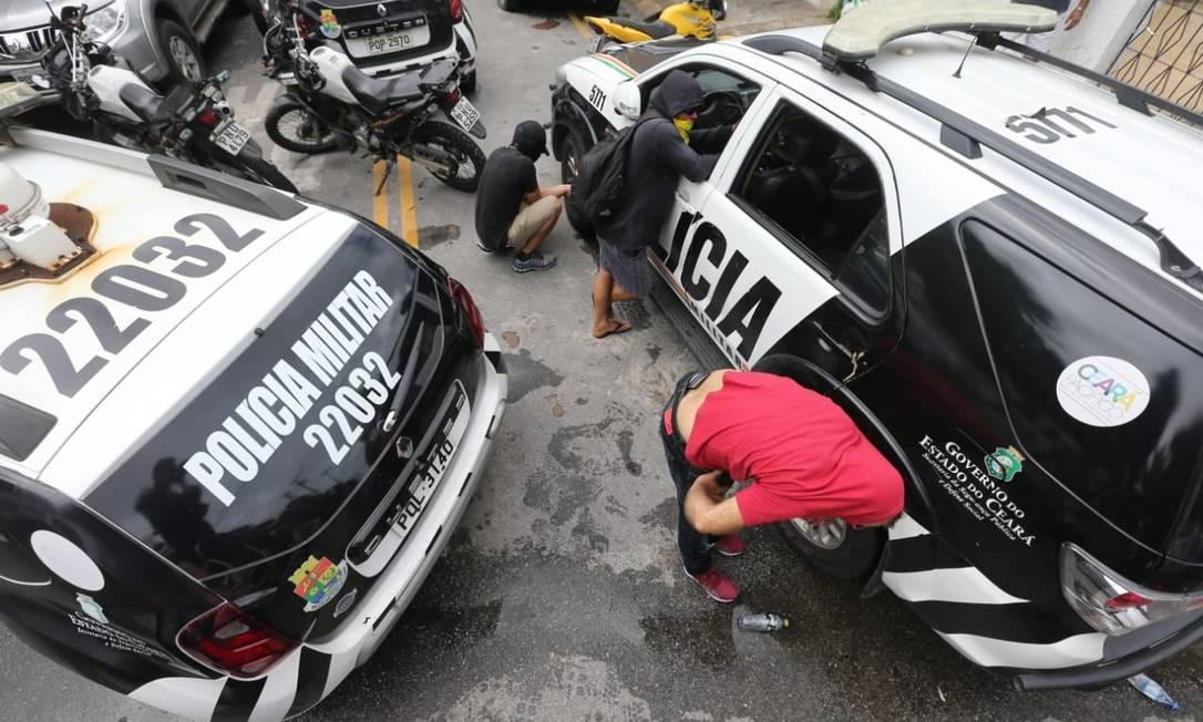 Homens encapuzados furam pneus de carros da polícia em Fortaleza Foto: José Leomar/SVM / Agência O Globo