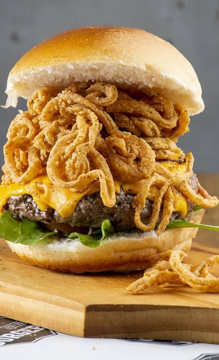 Prize Burger: Tasty Prize (R$ 32,90), com blend da casa, queijo cheddar maçaricado, maionese de wasabi, rúcula, tomate, finas fatias de cebola crocante no pão de brioche. Av. dos Flamboyants 855, Península Open Mall, Barra — 3344-1494. Foto: Divulgação/Gabriel Ávila