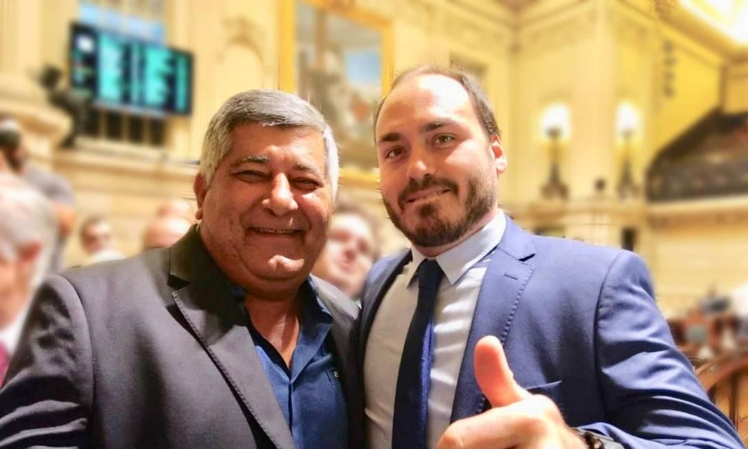 O vereador Ítalo Ciba (Avante) ao lado do colega Carlos Bolsonaro (PSC) na Câmara Municipal do Rio de Janeiro Foto: Reprodução / Facebook