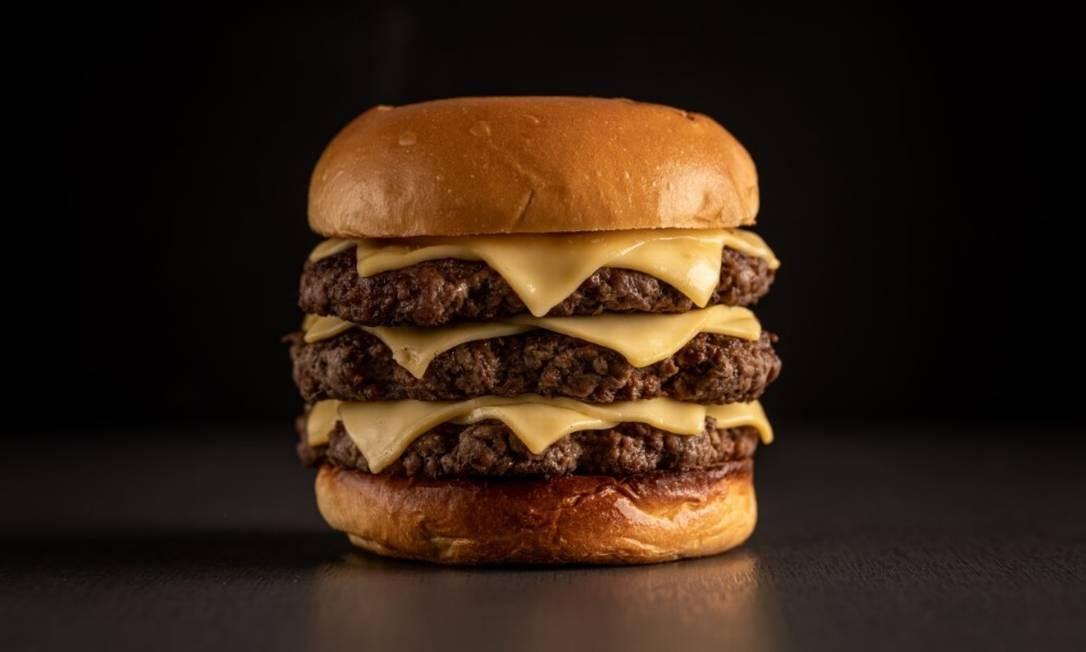 Bullguer: Standard - pão, três carnes de 100g e três queijos (R$ 36). Rua Barão da Torre 510, Ipanema — 3734-5931. Foto: Divulgação/Bruno Gaefker
