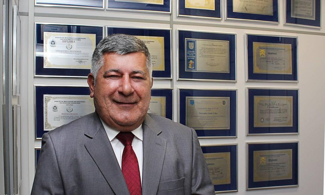 Vereador Ítalo Ciba (Avante), em seu gabinete, diante de homenagens recebidas: amizade de décadas com a família Bolsonaro Foto: Reprodução/Facebook