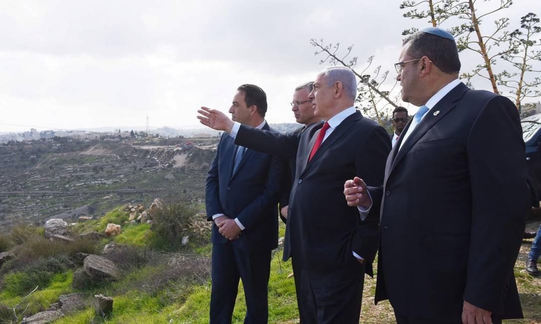 Primeiro-ministro israelense, Benjamin Netanyahu, aponta para assentamentos em Har Homa, na Cisjordânia ocupada Foto: Debbie Hill / REUTERS