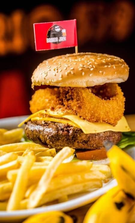 Banana Jack: U.S. king burger (R$ 36,90) - 300g de carne bovina, coberto com duas fatias de queijo americano, onion rings e crisps de bacon. Rua Jangadeiros 6, Ipanema — 2521-9055. Foto: Divulgação/Filico