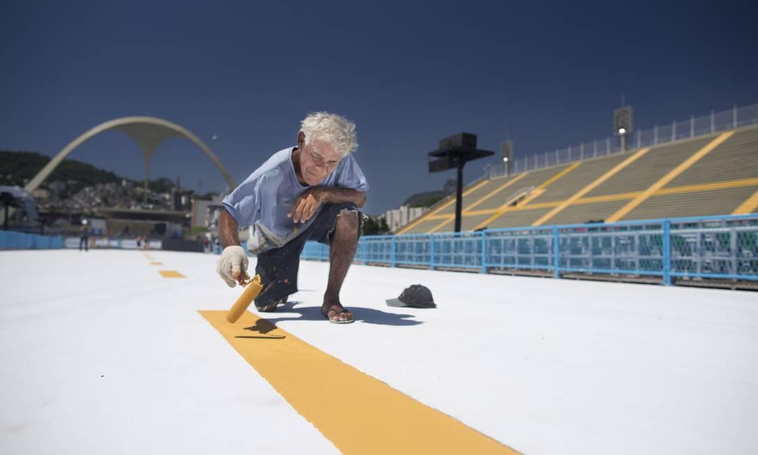Pintor faz acabamento na pista do Sambódromo, que recebe esta noite e no sábado as 14 escolas de samba da Série A. Campeã do desfile garante vaga na elite do próximo carnaval Foto: Márcia Foletto / Agência O Globo