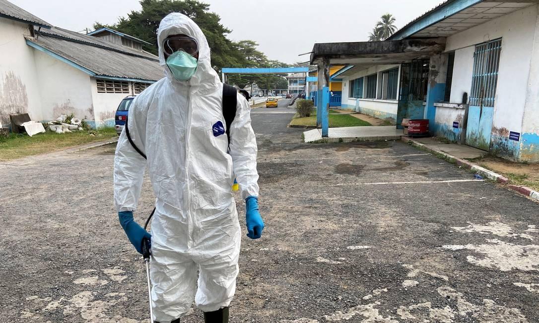Profissional de saúde chinês usa equipamento contra coronavírus, que infectou centenas de detentos em prisões locais Foto: STRINGER / REUTERS