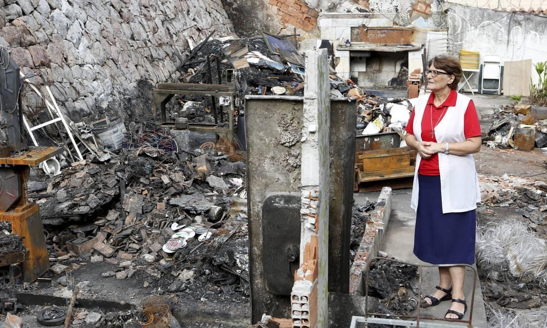 A irmã Maria Elci Zerma na área que pegou fogo e abrigava oficinas de trabalhos manuais Foto: Guilherme Pinto / Agência O Globo