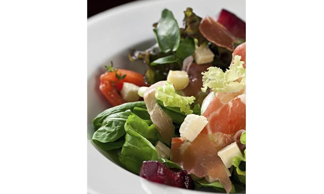 Leve. A salada italiana ao balsâmico de morango, do Paludo Gourmet: mix de folhas, tomate pelado, peras ao vinho e Parma Foto: Divulgação/Rodrigo Azevedo