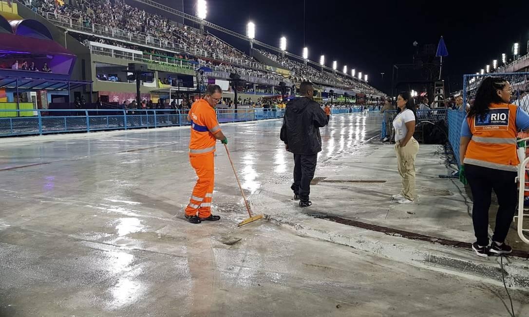 Gari escorre água na pista da Sapucaí após a chuva Foto: Luiz Ernesto Magalhães / Agêncio O Globo