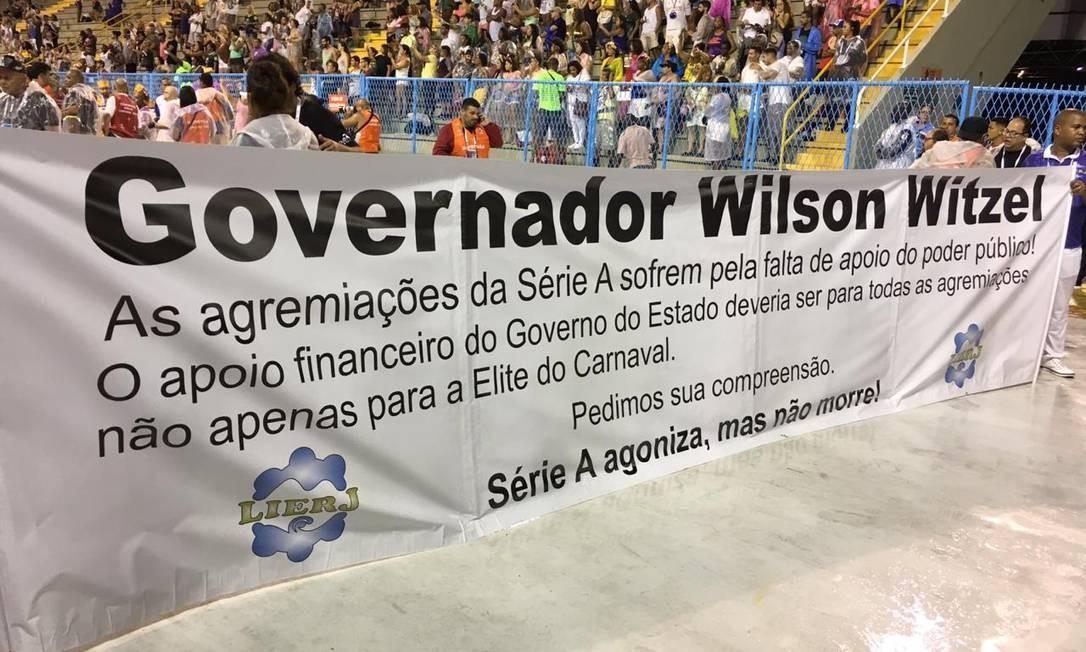 """Por meio de uma faixa, liga que organiza o desfile afirmou que """"sofre pela falta de apoio do poder público"""". Foto: Rafael Nascimento de Souza / Agência O Globo"""