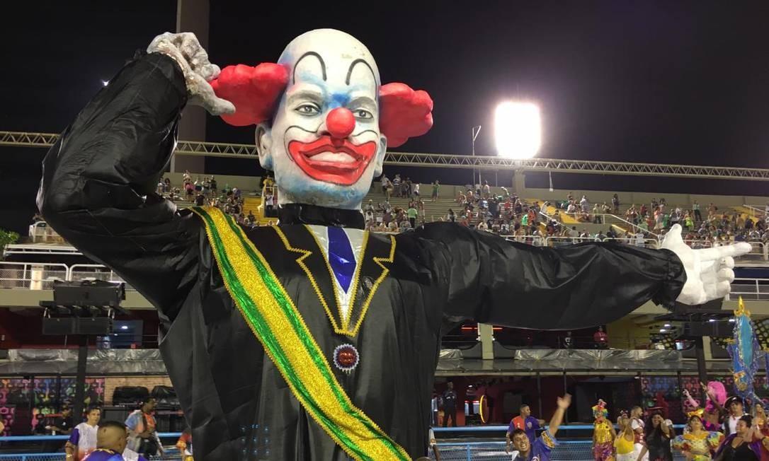 Acadêmicos de Vigário Geral trouxe palhaço com faixa presidencial em um dos tripés Foto: Rafael Nascimento de Souza / Agência O Globo