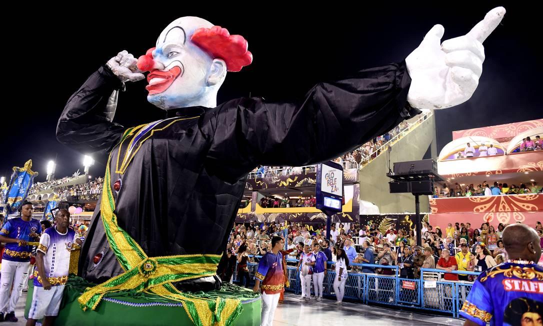 Palhaço com faixa presidencial fechou desfile da Vigário Geral Foto: DIEGO MARTINS MENDES / Agência O Globo