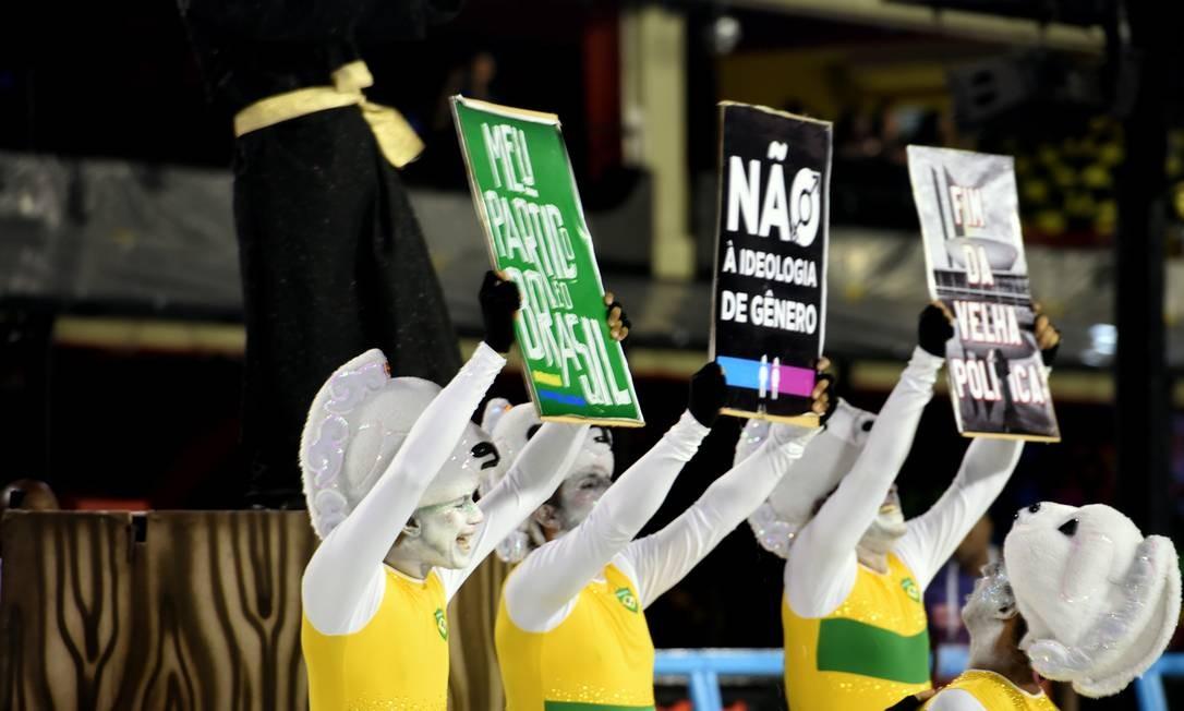 Comissão de Frente da Vigário Geral comentou a situação política do país Foto: DIEGO MARTINS MENDES / Agência O Globo