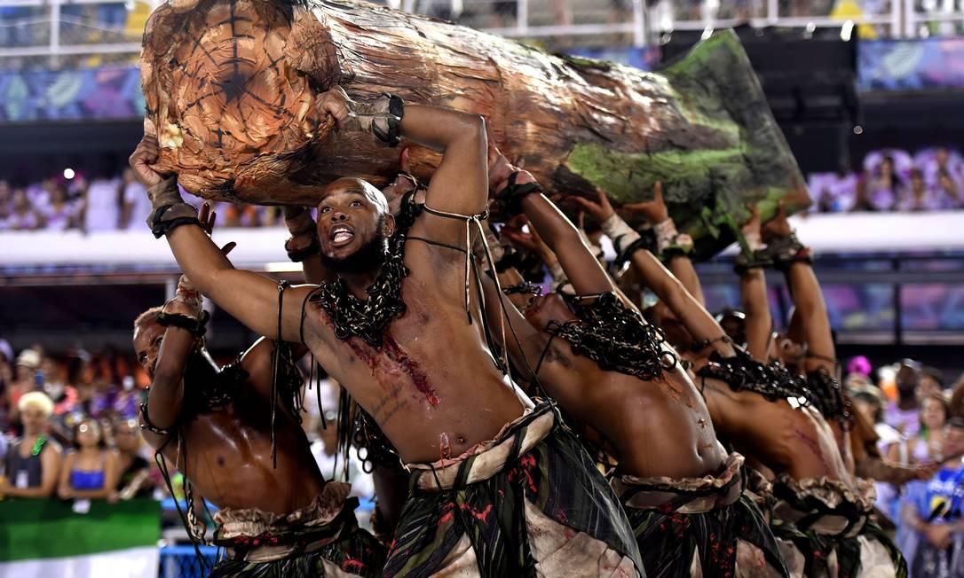 Comissão de frente da Acadêmicos do Cubango Foto: DIEGO MARTINS MENDES / Agência O Globo