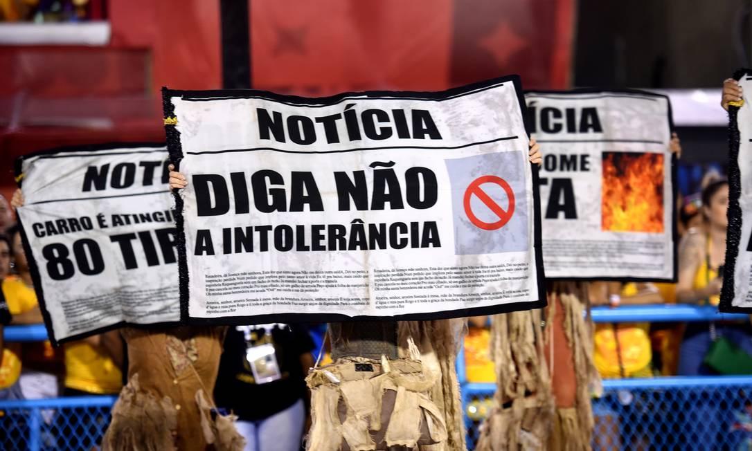 Com um enredo sobre curandeiras, Renascer trouxe manchetes com os males do mundo na comissão de frente Foto: DIEGO MARTINS MENDES / Agência O Globo