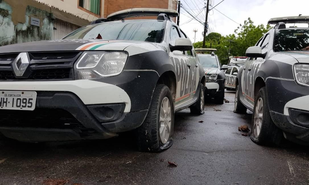 Carros da polícia tiveram os pneus esvaziados durante atos em Fortaleza. Foto: José Leomar / Agência O Globo