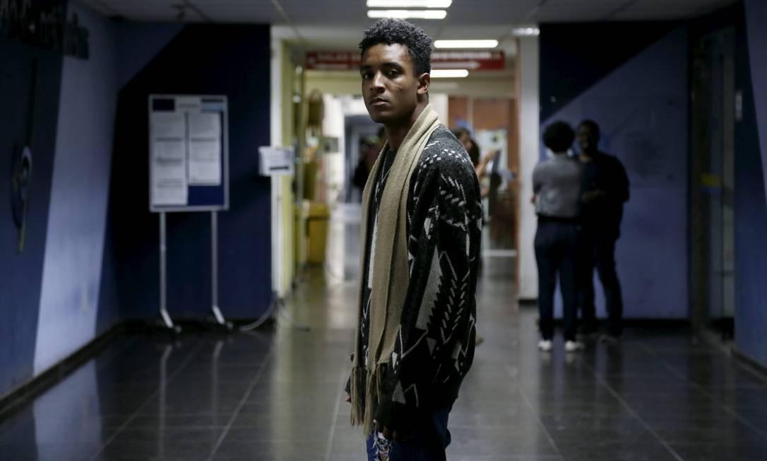 Natan Santana, que se autodeclarou preto e concorreu a vaga para cotista na UFRJ, foi considerado apto pela comissão de heteroidentificação Foto: Custódio Coimbra / Agência O Globo