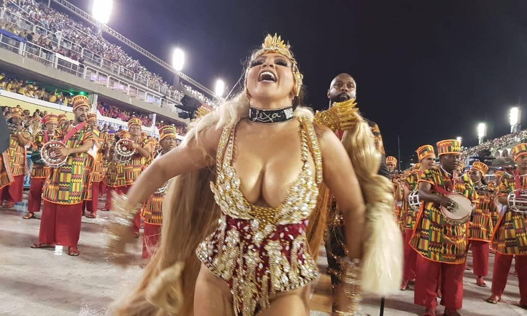 Rainha de bateria da Unidos de Bangu, Darlin Ferrattry desfilou com uma gargantilha com o nome da cantora Lexa Foto: Felipe Grinberg / Agência O Globo