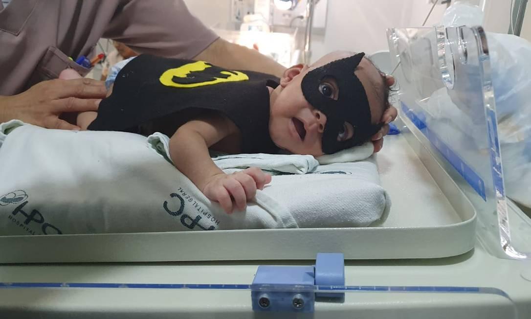 O pequeno Batman do HPC: fantasias são esterelizadas antes de vestirem bebês Foto: Divulgação