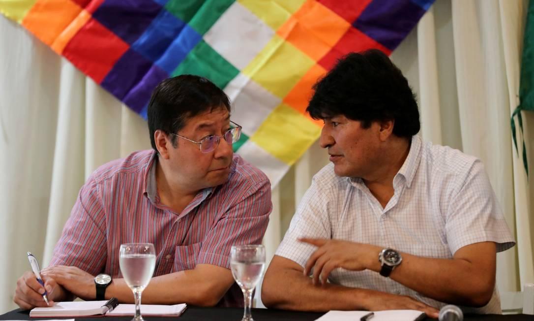 Evo Morales e Luis Arce, durante entrevista coletiva em Buenos Aires Foto: AGUSTIN MARCARIAN / REUTERS / 17-02-2020