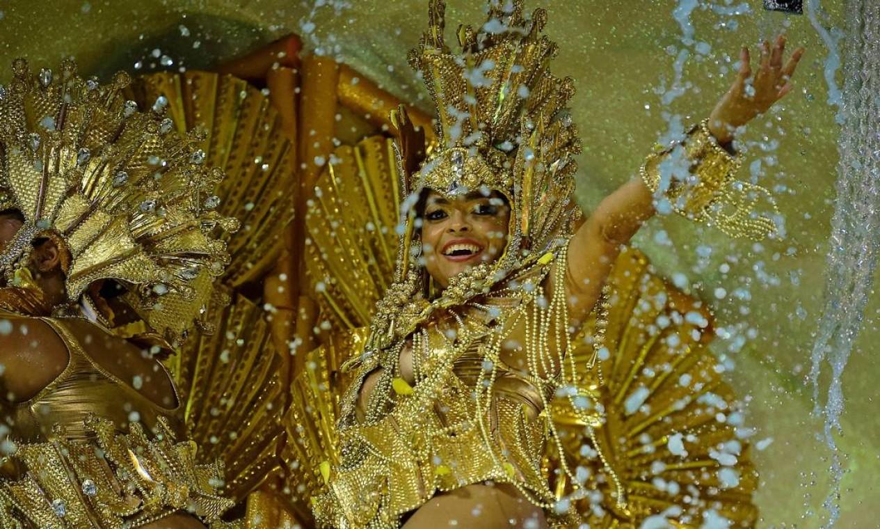 Componente acenba em alegoria durante desfile da Viradouro Foto: CARL DE SOUZA / AFP