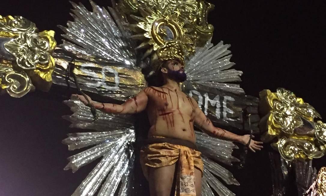 Mangueira traz alegoria em que aparecem crucificados um homem negro, um indígena, uma mulher e um representante da população LGBT (foto) Foto: João Paulo Saconi