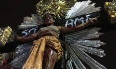 Mangueira coloca mulher crucificada em alegoria Foto: João Paulo Saconi
