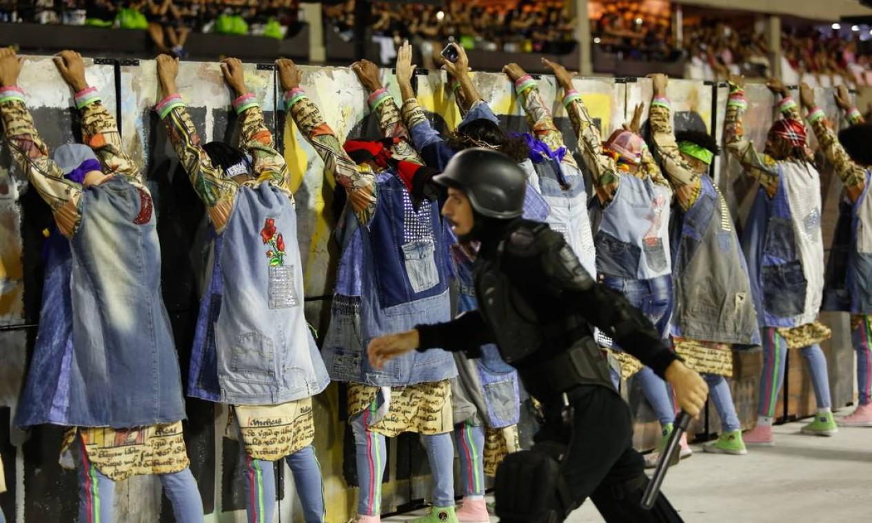 """Na encenação, Jesus e seus amigos são alvos de um """"baculejo"""" (revista) por parte da polícia Foto: Agência O Globo"""