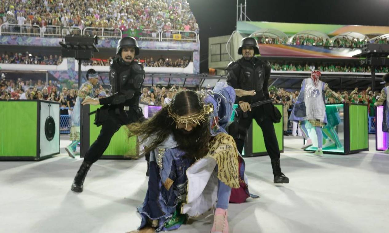 Num dos momentos mais fortes, Jesus se tornou alvo da ira dos policiais Foto: Marcelo Theobald / Agência O Globo