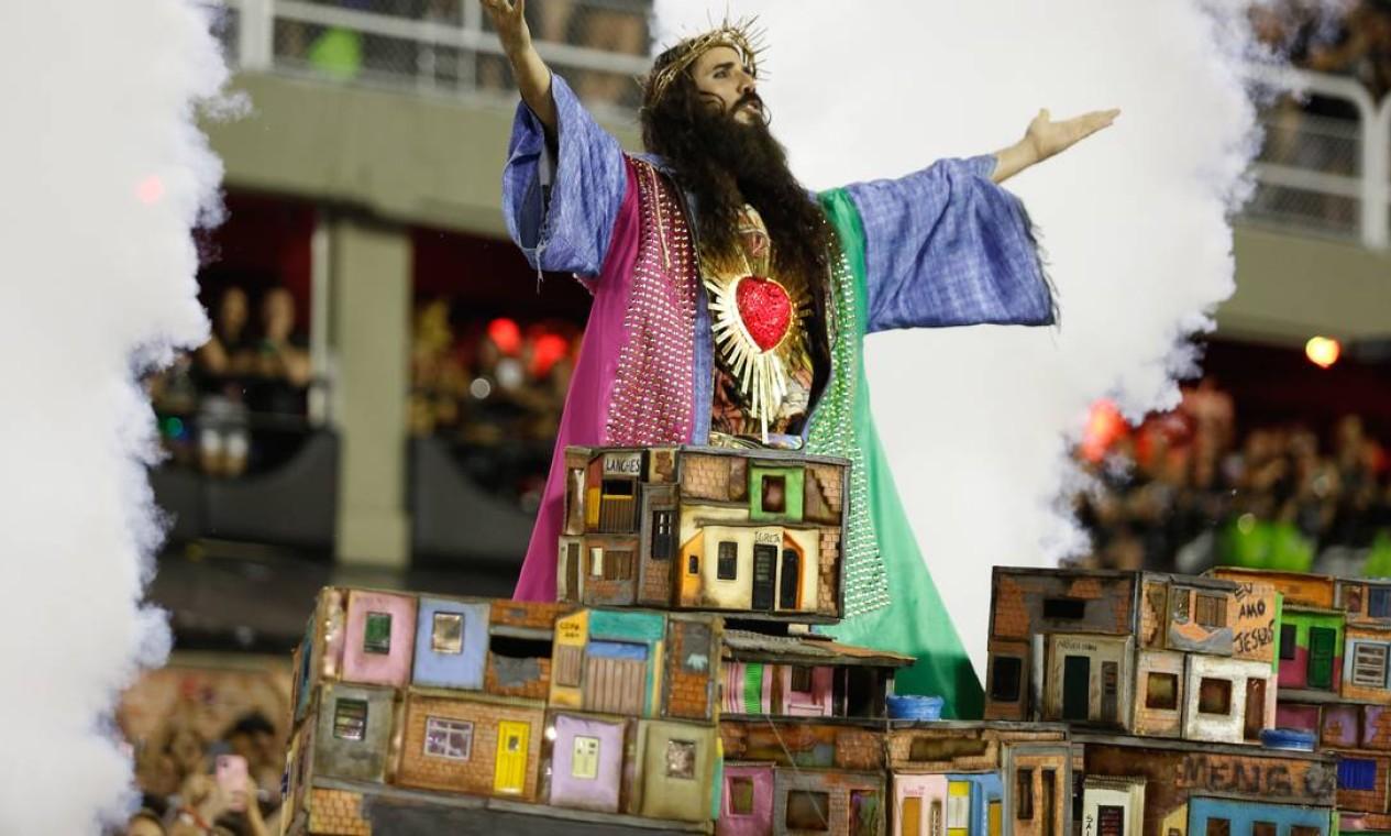 Em outra parte, o Jesus da comissão de frente verde e rosa surgiu em meio ao cenário do Morro da Mangueira Foto: Agência O Globo