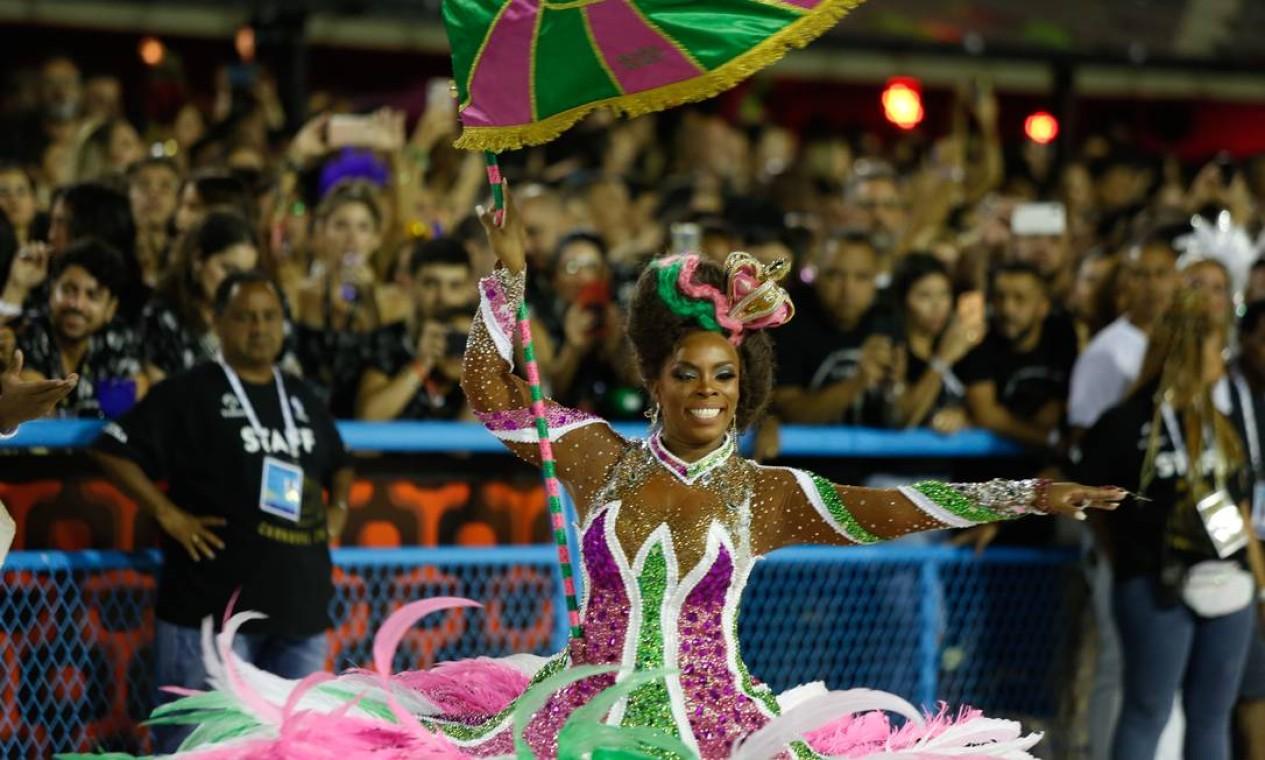 A fantasia da porta-bandeira Squel tinha plumas e foi feita nas cores da escola Foto: Agência O Globo