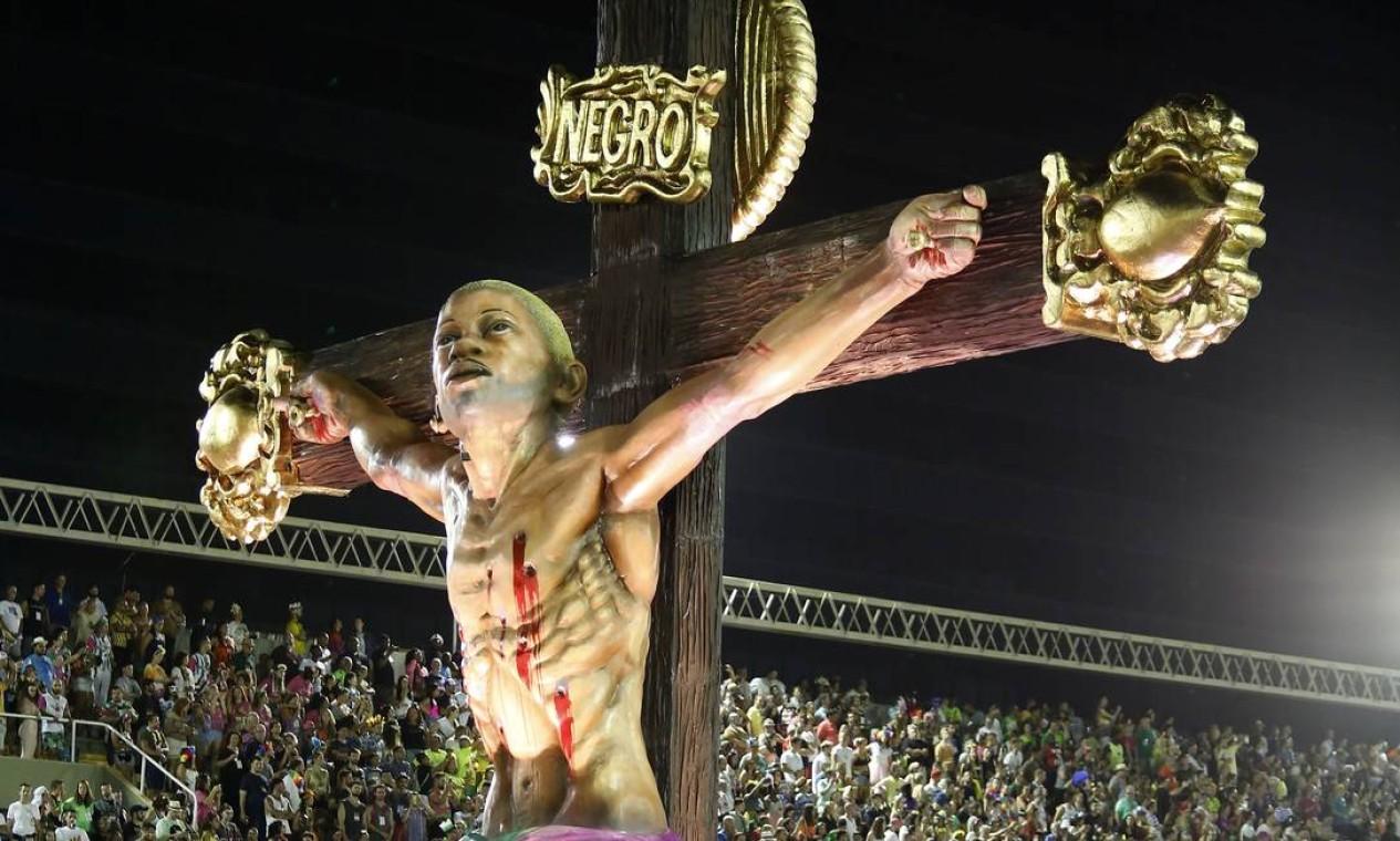 Carro retratou Jesus como jovem negro e com marcas de tiros Foto: Agência O Globo