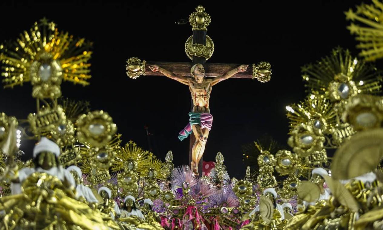 Alegoria com Jesus negro, crucificado vista da ala das baianas Foto: Guito Moreto / Agência O Globo