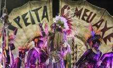 'Respeita o meu axé': frase do samba foi estampada no tripé da comissão de frente Foto: Guito Moreto / Agência O Globo