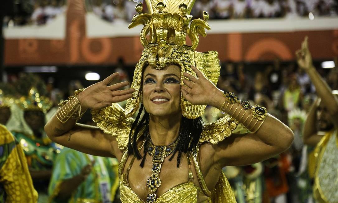 A atriz Paola Oliveira veio à frente dos ritmistas de Caxias Foto: Gabriel Monteiro / Agência O Globo