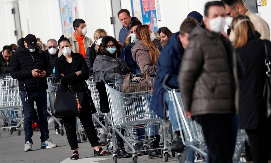 Fila em supermercado de Casalpusterlengo, cidade que foi isolada pelo governo italiano por conta da epidemia de coronavírus Foto: GUGLIELMO MANGIAPANE / REUTERS