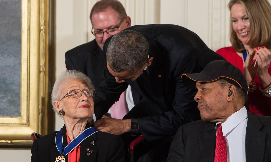 O então presidente Barack Obama presentiou Katherine Johnson com a medalha presidencial da Liberdade Foto: NICHOLAS KAMM/AFP/24.11.2015 / NICHOLAS KAMM/AFP/24.11.2015