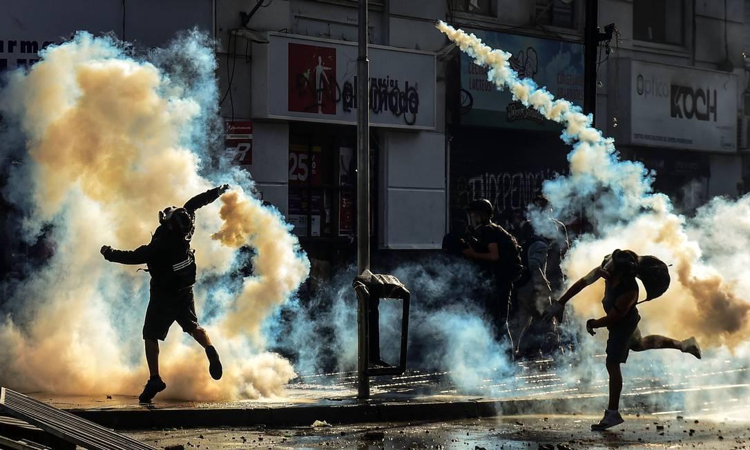 Manifestantes entram em choque com a polícia em Viña del Mar Foto: MARTIN BERNETTI / AFP