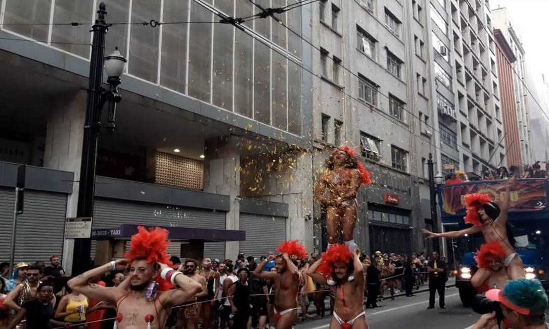 Foliões simulam 'golden shower' com papel picado em São Paulo Foto: Leo Branco