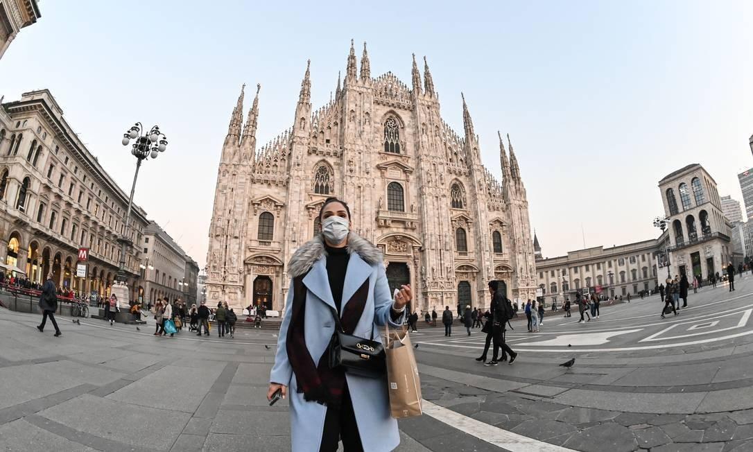 Mulher usa máscara no Duomo de Milão, ponto turístico da cidade Foto: ANDREAS SOLARO/AFP / AFP